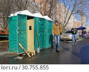 Купить «Платные туалетные кабинки. Улица Грекова. Район Северное Медведково. Город Москва», эксклюзивное фото № 30755855, снято 25 февраля 2015 г. (c) lana1501 / Фотобанк Лори