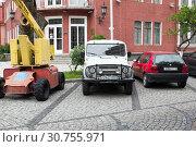 Купить «Автомобиль УАЗ, старый BMW на улице Батуми. Грузия», фото № 30755971, снято 11 июля 2018 г. (c) Евгений Ткачёв / Фотобанк Лори