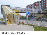 Купить «Tyumen, Russia, on May 9, 2019: Pedestrian elevated transition through the highway to summertime», фото № 30756259, снято 9 мая 2019 г. (c) Землянникова Вероника / Фотобанк Лори