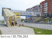 Купить «Tyumen, Russia, on May 9, 2019: Pedestrian elevated transition through the highway to summertime», фото № 30756263, снято 9 мая 2019 г. (c) Землянникова Вероника / Фотобанк Лори