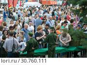 Купить «Русские люди интересуются видами огнестрельного оружия в праздник Победы 9 мая», фото № 30760111, снято 9 мая 2019 г. (c) Землянникова Вероника / Фотобанк Лори