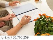 Подписание документов на свадебной церемонии. Стоковое фото, фотограф Кекяляйнен Андрей / Фотобанк Лори