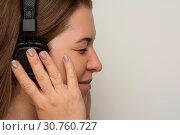 Купить «Female profile with headphones on white background», фото № 30760727, снято 13 июля 2018 г. (c) Pavel Biryukov / Фотобанк Лори