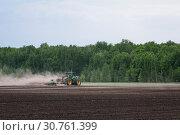Купить «Вспашка поля», фото № 30761399, снято 10 мая 2019 г. (c) Сергей Неудахин / Фотобанк Лори