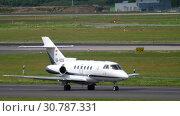 Купить «Hawker Beechcraft taxiing before departure», видеоролик № 30787331, снято 22 июля 2017 г. (c) Игорь Жоров / Фотобанк Лори