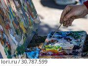 Купить «Крупным планом рука художника, который рисует пейзаж масляными красками на пленэре в городе», фото № 30787599, снято 18 мая 2019 г. (c) Николай Винокуров / Фотобанк Лори