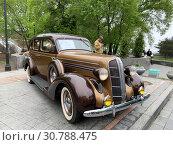 "Купить «Владивосток, ул. Фокина, 1""а"". Выставка американских ретроавтомобилей. Dodge SIX 1936 года выпуска», фото № 30788475, снято 18 мая 2019 г. (c) Овчинникова Ирина / Фотобанк Лори"