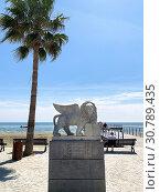 Купить «Мраморный лев, подаренный городом Венеция городу Ларнаке на набережной Финикудес», фото № 30789435, снято 11 мая 2019 г. (c) Irina Opachevsky / Фотобанк Лори