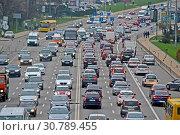 Купить «Транспортная пробка на шоссе. Затор автомобилей на городской магистрали. Киев, Украина», фото № 30789455, снято 11 апреля 2019 г. (c) FMRU / Фотобанк Лори