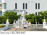 Купить «Памятник королю  Монгкуту (Рама IV) на фоне здания Королевского мемориального госпиталя. Пхетчабури, Таиланд», фото № 30789647, снято 13 декабря 2018 г. (c) Виктор Карасев / Фотобанк Лори
