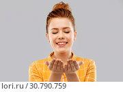 Купить «happy red haired teenage girl holding empty hands», фото № 30790759, снято 28 февраля 2019 г. (c) Syda Productions / Фотобанк Лори