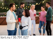 Купить «friends with drinks in party cups at rooftop», фото № 30791027, снято 2 сентября 2018 г. (c) Syda Productions / Фотобанк Лори