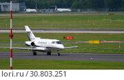 Купить «Hawker Beechcraft taxiing before departure», видеоролик № 30803251, снято 22 июля 2017 г. (c) Игорь Жоров / Фотобанк Лори