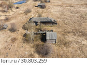 Купить «Top view of Ruins of the abandoned wooden houses in the ghost village in the European North of Russia, Kirov Region», фото № 30803259, снято 6 июля 2020 г. (c) Mikhail Starodubov / Фотобанк Лори