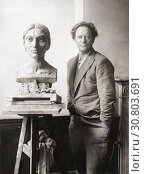 EDITORIAL Sir Jacob Epstein, 1880-1959. American born English sculptor seen here with a bust he was working on in the 1920's of Kashmirian model Sunita Devi, c. 1897-1932. (2019 год). Редакционное фото, фотограф Classic Vision / age Fotostock / Фотобанк Лори