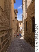 Купить «Толедо, Испания. Узкая средневековая улица в старом городе», фото № 30807667, снято 25 июня 2017 г. (c) Rokhin Valery / Фотобанк Лори