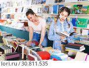 Girl 10-15 years old is flipping books. Стоковое фото, фотограф Яков Филимонов / Фотобанк Лори
