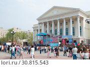 Купить «Люди гуляют возле Тюменского драматического театра», фото № 30815543, снято 9 мая 2019 г. (c) Землянникова Вероника / Фотобанк Лори