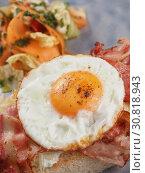 Купить «Sandwich with a fried egg, bacon, cheese and vegetables», фото № 30818943, снято 27 марта 2019 г. (c) Алексей Кокорин / Фотобанк Лори