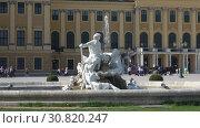 Купить «Старинный фонтан крупным планом на фоне дворца Шёнбрунн. Вена, Австрия», видеоролик № 30820247, снято 28 апреля 2018 г. (c) Виктор Карасев / Фотобанк Лори