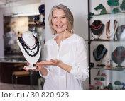 Купить «Woman seller offers to buy a necklace of precious stones», фото № 30820923, снято 2 мая 2019 г. (c) Яков Филимонов / Фотобанк Лори