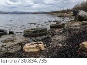 Берег Кольского залива, загрязнение береговой черты отходами. Стоковое фото, фотограф Юлия Юриева / Фотобанк Лори