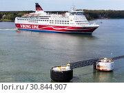 Купить «Круизный паром Amorella рядом с портом Аландских островов. Финская паромная компания Viking Line. Маршрут Турку, Мариехамн, Стокгольм», фото № 30844907, снято 10 июля 2018 г. (c) Кекяляйнен Андрей / Фотобанк Лори