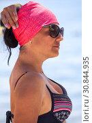 Купить «Женщина на пляже в купальнике и красной косынке», фото № 30844935, снято 23 июля 2018 г. (c) Кекяляйнен Андрей / Фотобанк Лори
