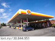 Купить «Заправочная станция компании Shell в пригороде Стокгольма, Швеция», фото № 30844951, снято 8 июля 2018 г. (c) Кекяляйнен Андрей / Фотобанк Лори