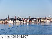 Историческая часть города Стокгольм. Вид с залива Riddarfjarden, Балтийское море. Гамла Стан (Gamla stan) - это старый город на четырнадцати островах Стокгольмского архипелага. Швеция (2018 год). Редакционное фото, фотограф Кекяляйнен Андрей / Фотобанк Лори