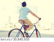 Купить «hipster man riding fixed gear bike», фото № 30845935, снято 15 июня 2016 г. (c) Syda Productions / Фотобанк Лори