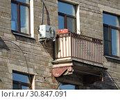 Балкон восьмиэтажного кирпичного жилого дома (построен в 1957 году). Улица Маршала Василевского, 1 корпус 1. Район Щукино. Город Москва (2015 год). Редакционное фото, фотограф lana1501 / Фотобанк Лори