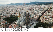 Aerial view of Sagrada Familia – impressive cathedral designed by Gaudi, Barcelona (2018 год). Редакционное видео, видеограф Яков Филимонов / Фотобанк Лори