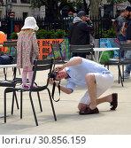Фотография на память. Мужчина фотографирует свою любимую маленькую дочку. Нью-Йорк, США (2019 год). Редакционное фото, фотограф Валерия Попова / Фотобанк Лори