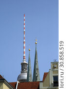 Berlin, Germany, spires of the Nikolaikirche and the Berlin television tower (2018 год). Стоковое фото, агентство Caro Photoagency / Фотобанк Лори