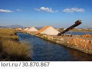 Купить «Sea salt extraction near Trapani town, Italy», фото № 30870867, снято 17 апреля 2019 г. (c) Алексей Кузнецов / Фотобанк Лори
