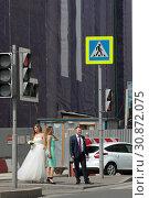 Купить «Москва, невеста и жених на светофоре», эксклюзивное фото № 30872075, снято 1 июня 2019 г. (c) Дмитрий Неумоин / Фотобанк Лори