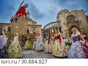 Fallas festival. Falleras. Women in traditional dress. Parade to the Plaza de la Virgin in order to make an offering of flowers to Our Lady of the Forsaken... (2015 год). Редакционное фото, фотограф Gonzalo Azumendi / age Fotostock / Фотобанк Лори