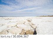 Купить «Льдины берегу моря. Арктика. Белое море», фото № 30894367, снято 27 апреля 2019 г. (c) Яковлев Сергей / Фотобанк Лори