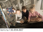 Купить «enthralled children l in quest room bunker», фото № 30894887, снято 21 октября 2017 г. (c) Яков Филимонов / Фотобанк Лори