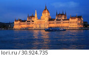 Купить «Beautiful night view of the Hungarian Parliament building and the Danube river with lights in the water in Budapest, Hungary», видеоролик № 30924735, снято 3 июня 2019 г. (c) Яна Королёва / Фотобанк Лори