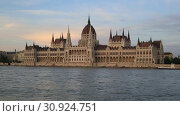 Купить «Красивый вечерний вид на здание Венгерского Парламента и реку Дунай в Будапеште», видеоролик № 30924751, снято 3 июня 2019 г. (c) Яна Королёва / Фотобанк Лори
