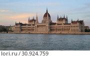 Купить «Вечерний вид на воды реки Дунай и здание Парламента в Будапеште, Венгрия», видеоролик № 30924759, снято 3 июня 2019 г. (c) Яна Королёва / Фотобанк Лори