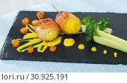 Купить «Baked potatoes in bacon with mustard sauce», фото № 30925191, снято 26 июня 2019 г. (c) Яков Филимонов / Фотобанк Лори