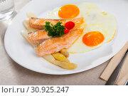 Купить «Fried salmon with scrambled eggs and asparagus», фото № 30925247, снято 20 июля 2019 г. (c) Яков Филимонов / Фотобанк Лори