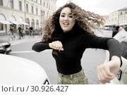 Energetic woman at street, in Munich, Germany. Стоковое фото, фотограф Benjamin Egerland / age Fotostock / Фотобанк Лори