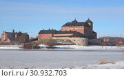 Купить «Вид на крепость города Хямеэнлинна солнечным мартовским днем. Финляндия», видеоролик № 30932703, снято 2 марта 2019 г. (c) Виктор Карасев / Фотобанк Лори
