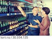 Купить «Portrait of an elderly couple buying a beer», фото № 30934135, снято 20 июля 2019 г. (c) Яков Филимонов / Фотобанк Лори