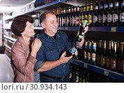 Купить «Couple shooses beer in store», фото № 30934143, снято 19 июня 2019 г. (c) Яков Филимонов / Фотобанк Лори
