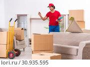 Купить «Young male contractor with boxes working indoors», фото № 30935595, снято 12 ноября 2018 г. (c) Elnur / Фотобанк Лори